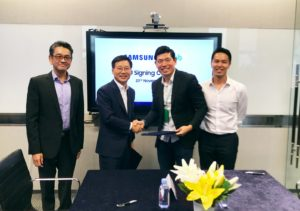 lee-sangchul-president-and-ceo-samsung-electronics-sea-oceania-and-anthony-tan-group-ceo-and-co-founder-grab-shake-hands-after-signing-mou-2
