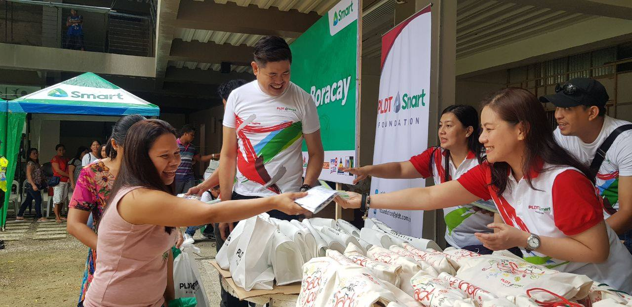 Smart, PSF, AKFI lead 'Alay sa Boracay' gift-giving